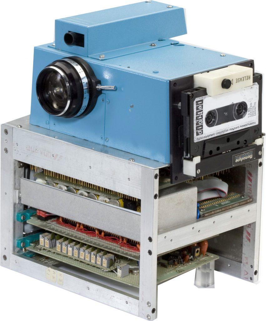 Οι πρώτες ψηφιακές φωτογραφικές μηχανές DSLR